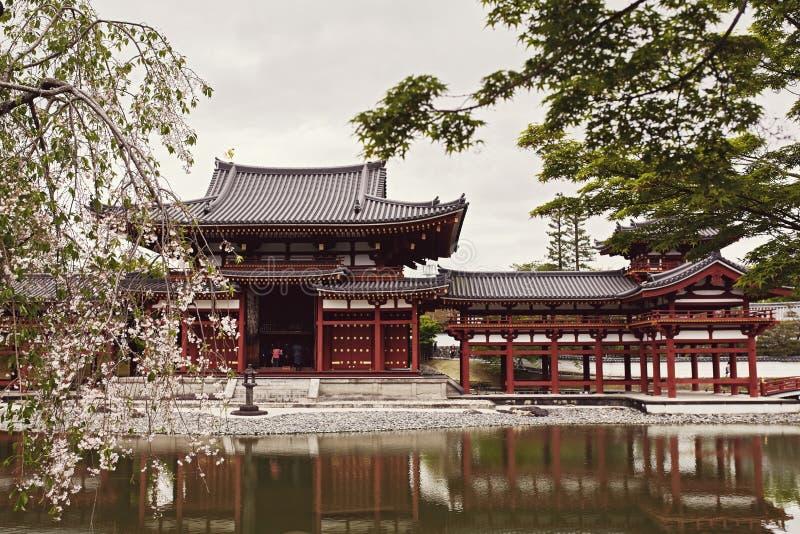 Vista frontale del tempio di Byodoin dall'altro lato di uno stagno immagine stock