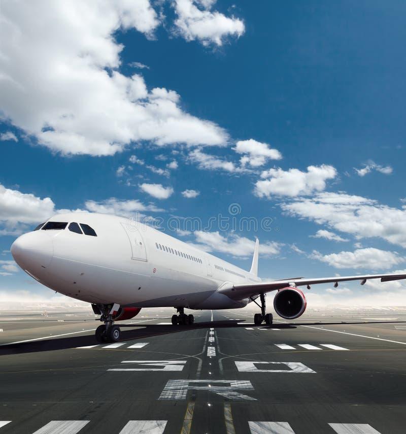 Vista frontale dell'aeroplano commerciale sulla pista fotografie stock libere da diritti
