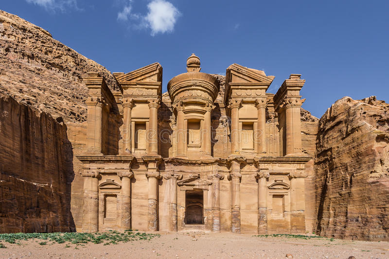 Vista frontale dell'annuncio Deir (aka il monastero o il EL Deir) nella città antica di PETRA (Giordania) fotografia stock