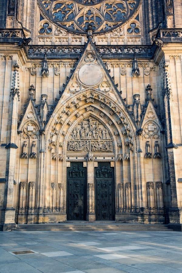 Vista frontale dell'entrata principale alla cattedrale della st Vitus a Praga fotografie stock