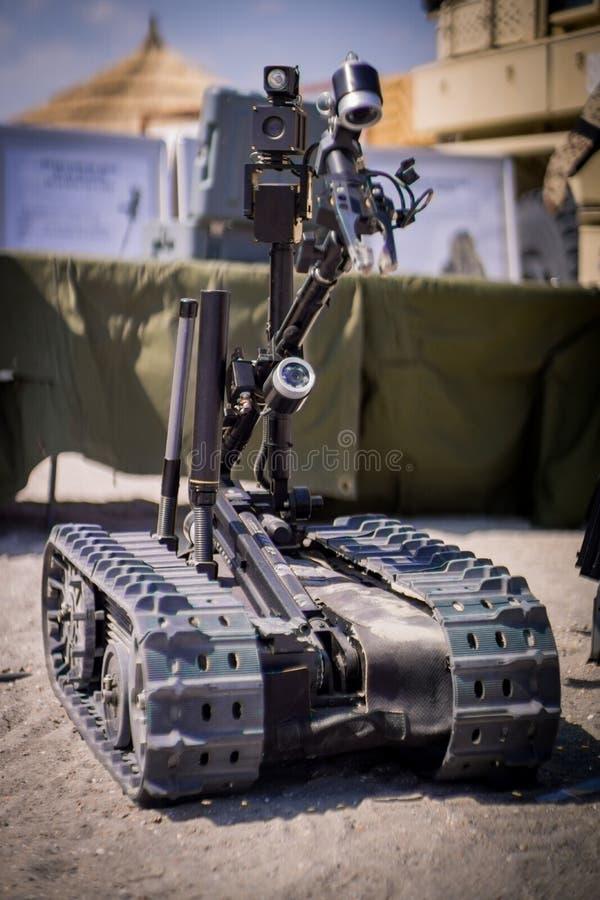 Vista frontale dell'esercito di smaltimento di bombe o del robot della polizia immagine stock