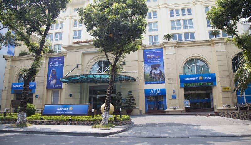 Vista frontale dell'ufficio della succursale bancaria di Bao Viet sulla via di Le Thai To fotografia stock