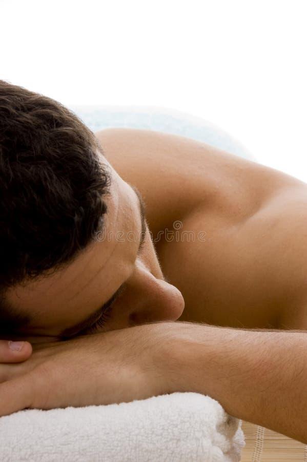 Vista frontale dell'uomo nel ricorso di stazione termale sulla stuoia immagini stock