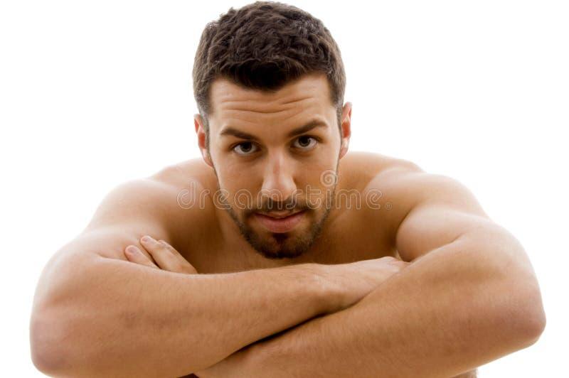 Vista frontale dell'uomo nudo che esamina macchina fotografica fotografia stock libera da diritti