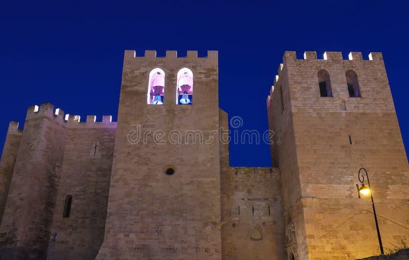 Vista frontale della chiesa dell'abbazia del vincitore del san fondata nella V c , vista corrente dal 1200 fotografia stock libera da diritti