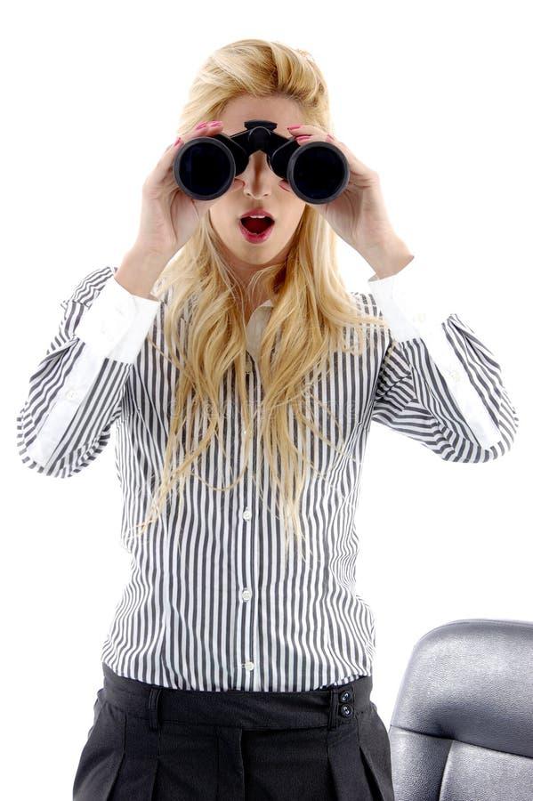 Vista frontale della donna che osserva con binoculare fotografia stock libera da diritti