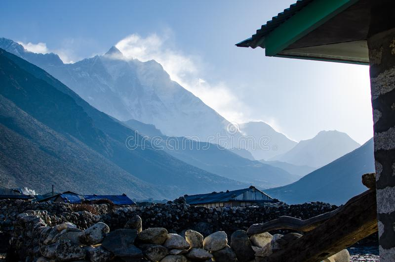 Vista frontale della parete del sud del fronte della montagna di Lhotze nel Nepal l'himalaya 8516 metri sopra il mare Coperto dal immagine stock libera da diritti