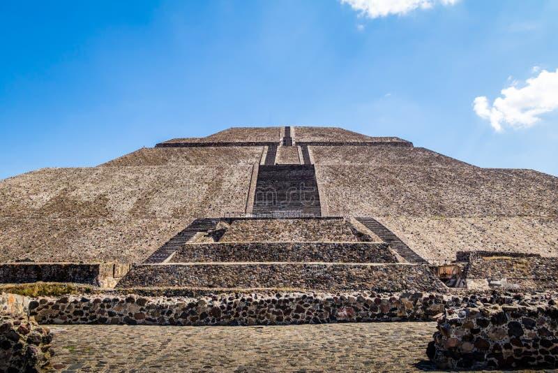 Vista frontale della piramide alle rovine di Teotihuacan - Città del Messico, Messico di Sun fotografia stock