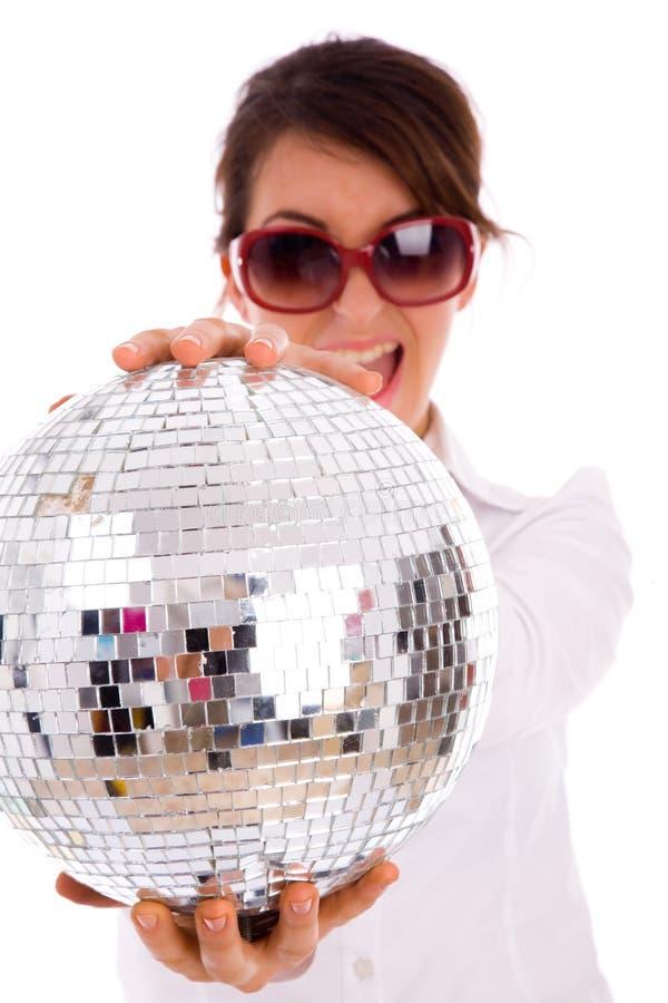 Vista frontale della sfera felice della discoteca della holding della donna fotografie stock libere da diritti