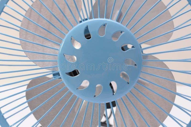 Vista frontale di chiusura di una ventola portatile blu con bus seriale universale immagine stock