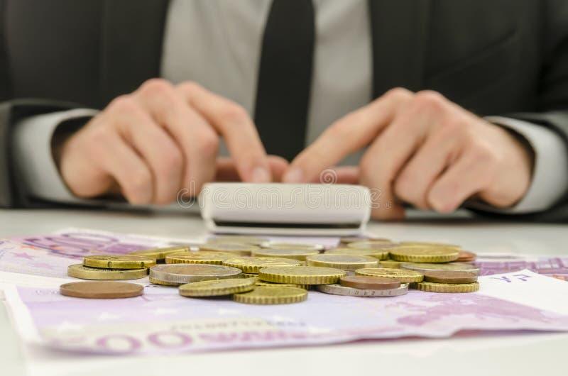 Calcolazione finanziaria del consulente fotografie stock libere da diritti