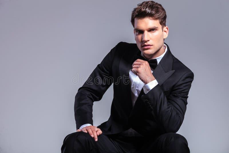 Vista frontale di giovane seduta bella dell'uomo di affari immagini stock