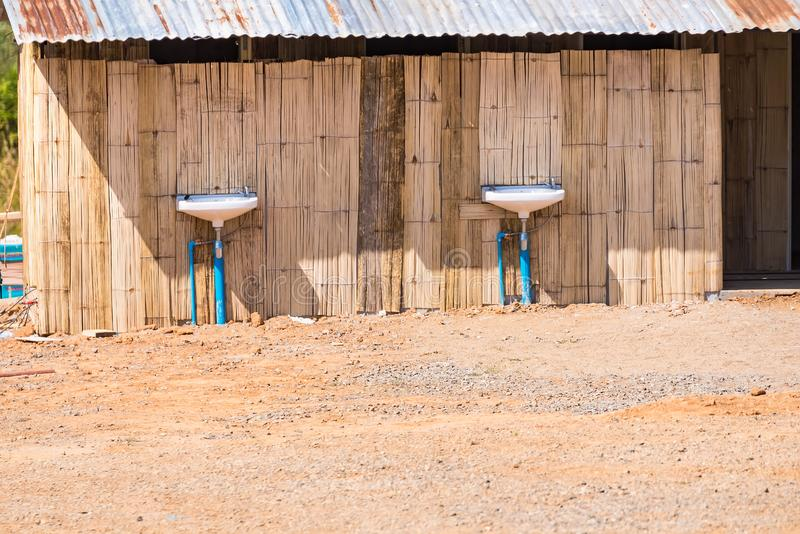 Vista frontale di men& x27; toilette di s in campeggio thailand immagine stock