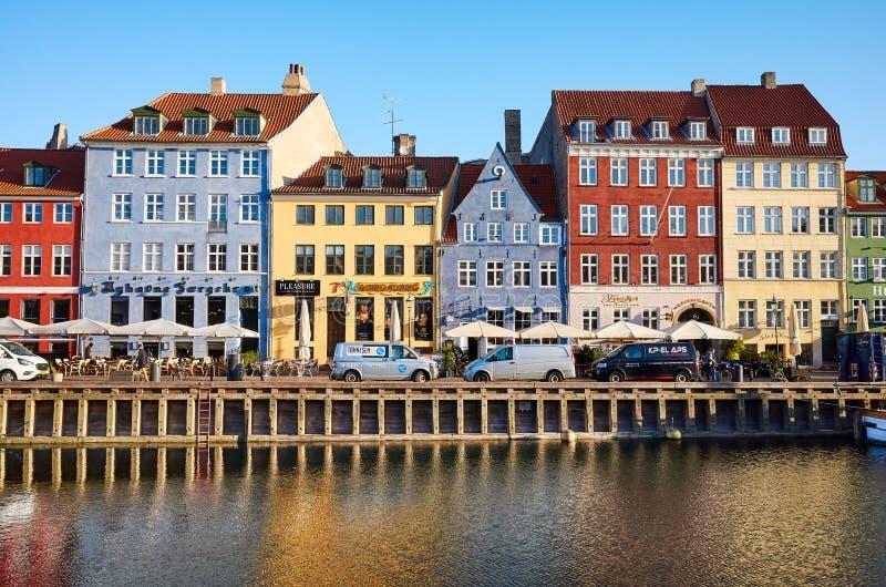 Vista frontale di Nyhavn, del distretto famoso del XVII secolo di lungomare, del canale e di spettacolo immagini stock libere da diritti