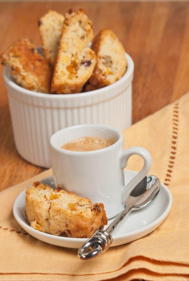 Vista frontale di recente del biscotti al forno, casalingo, dell'albicocca dello zenzero della noce su un piccolo, piatto bianco  fotografie stock libere da diritti