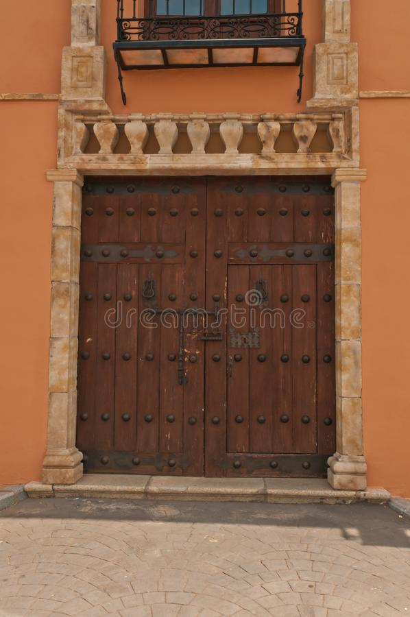 Vista frontale di un'annata due, legno, artigiano, porte fatte a mano ad una cantina in Spagna fotografie stock libere da diritti