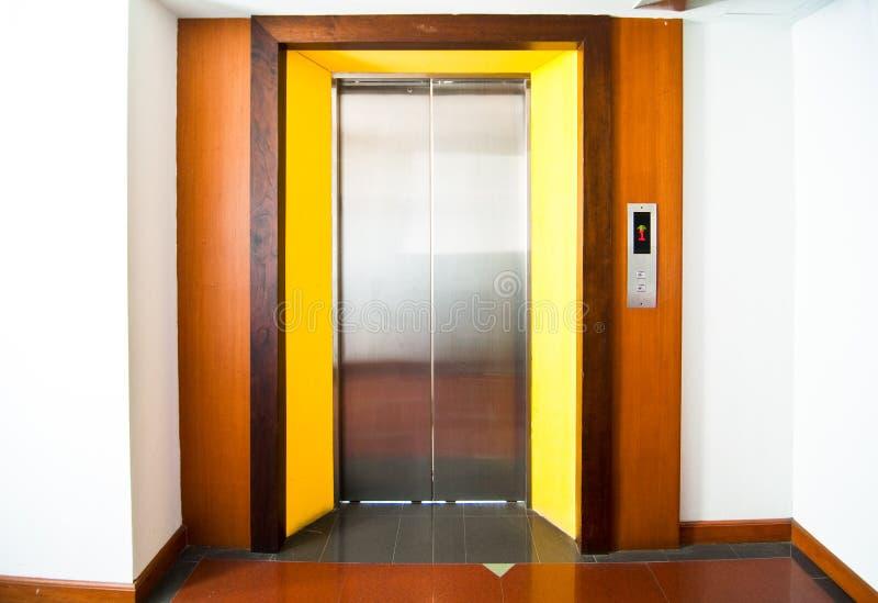 Vista frontale di un elevatore moderno con le porte chiuse in ingresso fotografia stock libera da diritti
