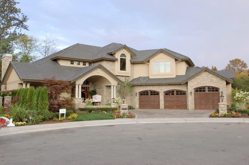 Vista frontale di una casa da vendere immagine stock immagine di raccordo piante 1028509 - Vendere una casa ricevuta in donazione ...