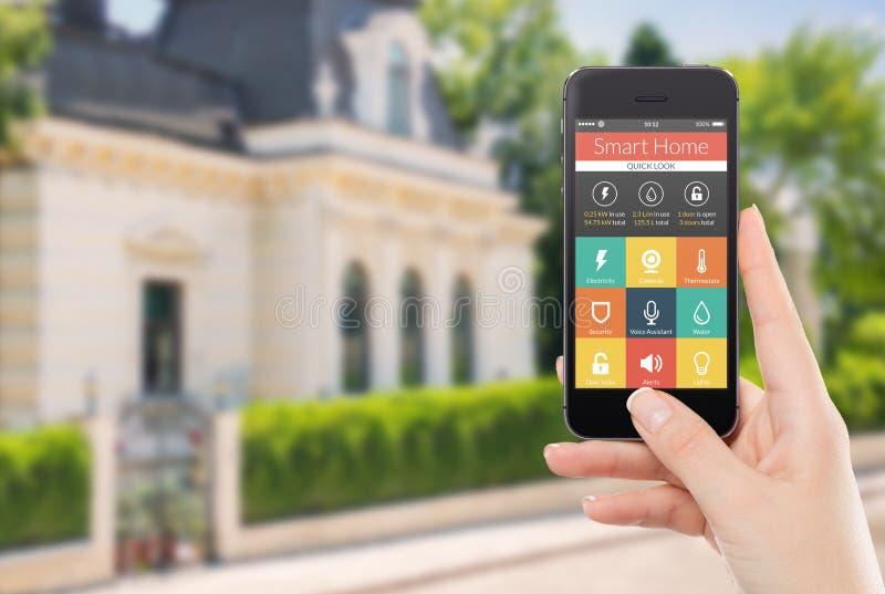 Vista frontale direttamente di uno smartphone con l'applicazione domestica astuta fotografie stock libere da diritti