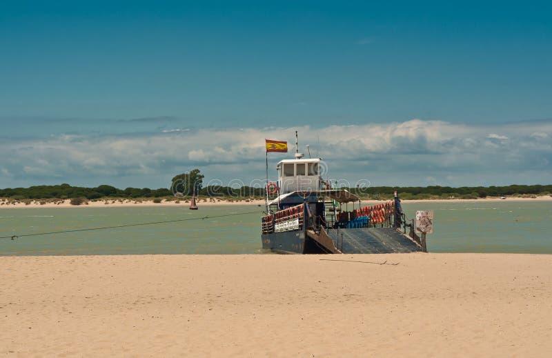 Vista frontale, distanza media di un traghetto su un fiume in Spagna del sud fotografie stock libere da diritti