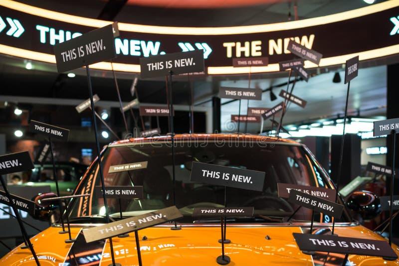 Vista frontale sulla parte di nuova automobile moderna arancio con la decorazione alla moda immagine stock