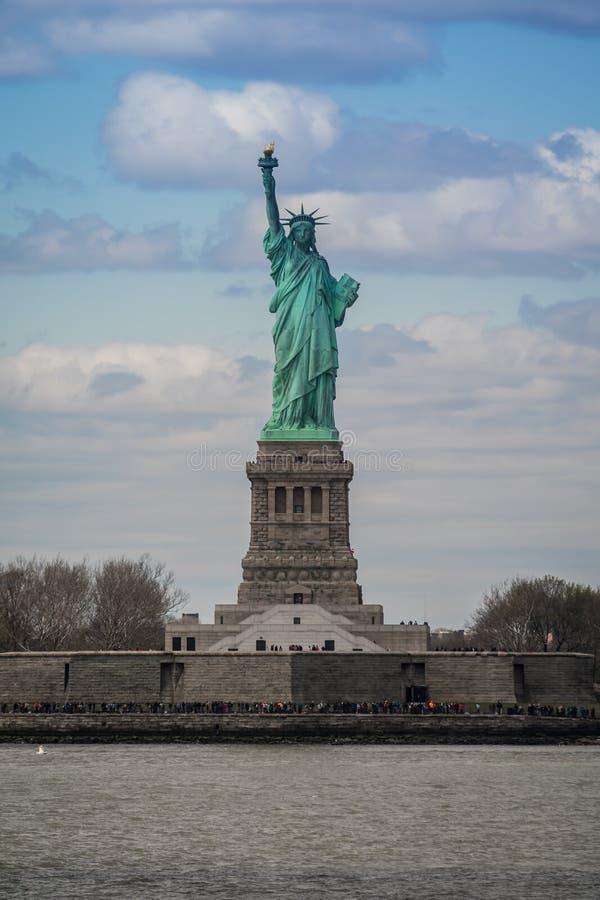 Vista frontale sulla statua della libertà, New York, U.S.A. fotografie stock libere da diritti