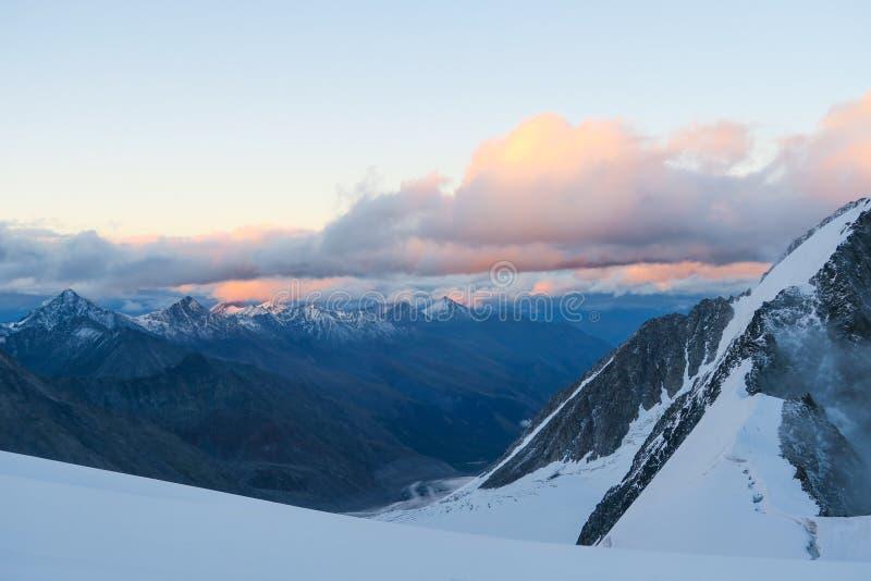 Vista ? geleira de Mensu Por do sol na área de montanha de Belukha Altai, R?ssia fotos de stock royalty free