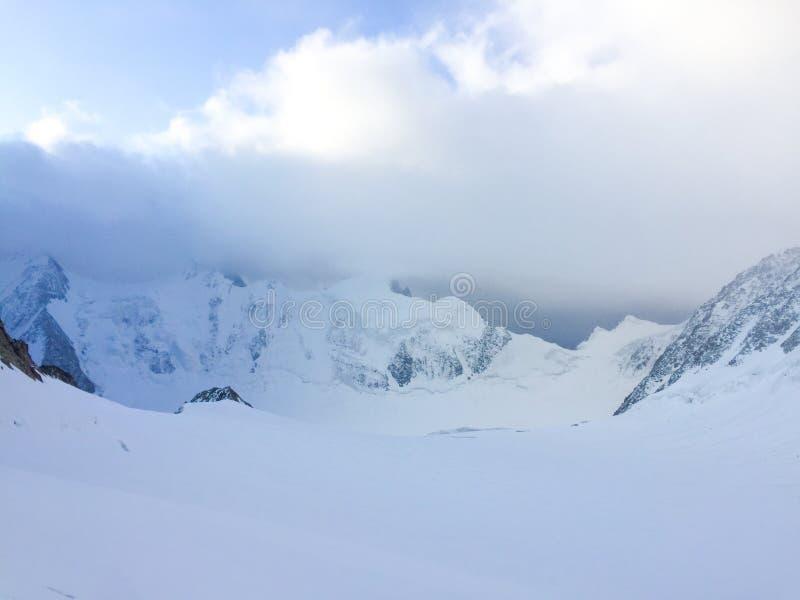 Vista ? geleira de Mensu ?rea de montanha de Belukha Altai, R?ssia foto de stock royalty free