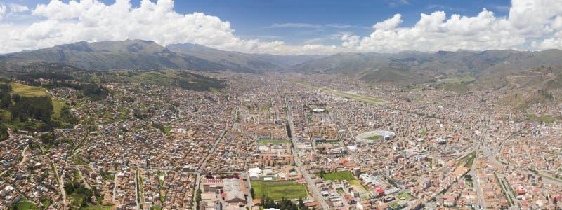 Vista general aérea de la ciudad de Cusco en la luz del día foto de archivo