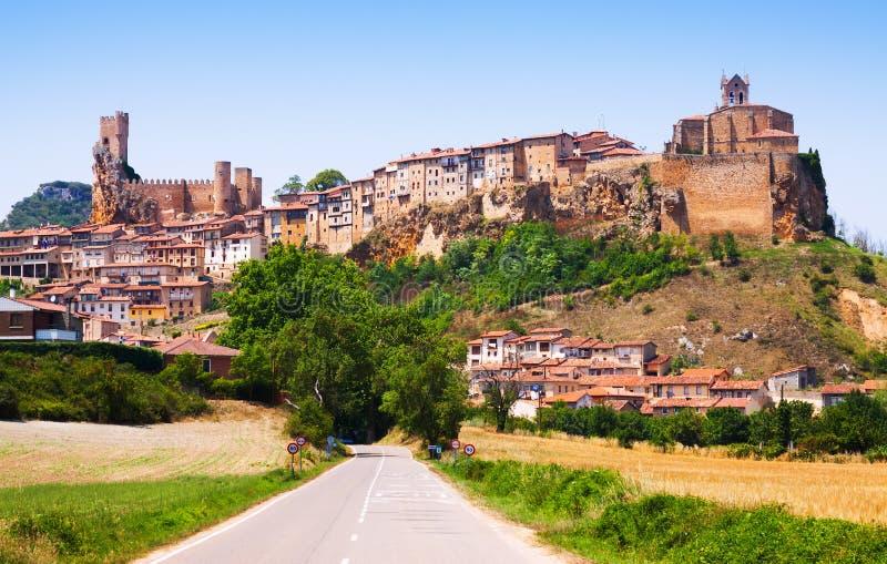 Vista general de Frias en verano Burgos imagen de archivo