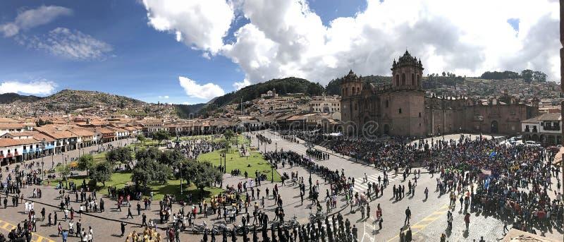Vista general de la plaza principal del Cusco con la muchedumbre fotos de archivo libres de regalías