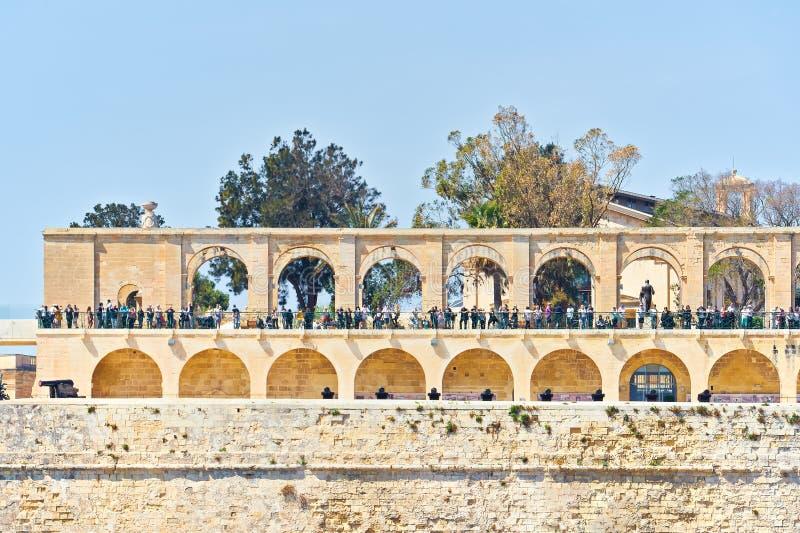 Vista general de una arcada en jardines superiores del barrakka en La Valeta, capital de Malta fotografía de archivo