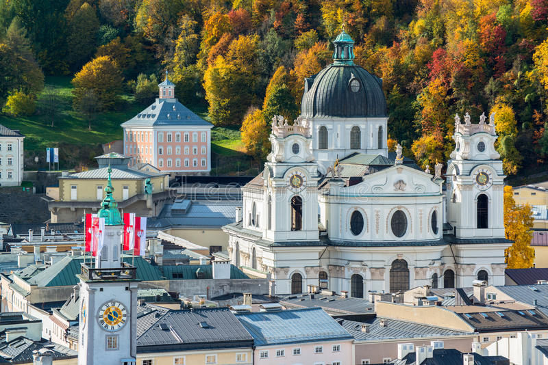 Vista general del centro histórico de Salzburg fotos de archivo