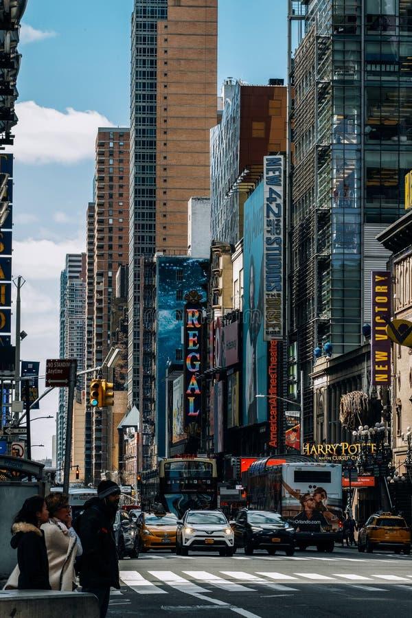 Vista general del 42.o Times Square de la calle en Midtown Manhattan New York City imágenes de archivo libres de regalías