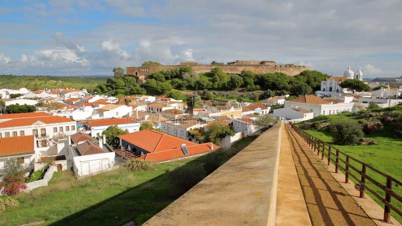 Vista general del pueblo de Castro Marim con el castillo y de la iglesia en el fondo, Castro Marim, Algarve imagen de archivo
