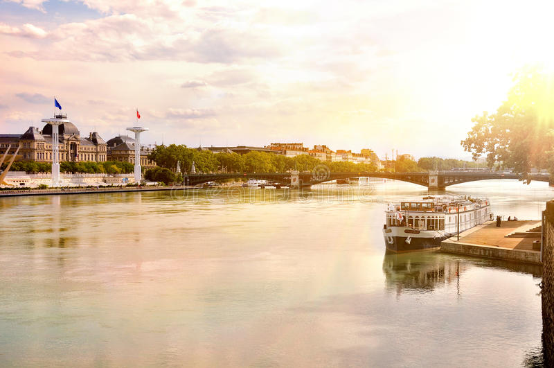 Vista general del río Rhone en la puesta del sol Lyon Francia fotografía de archivo libre de regalías