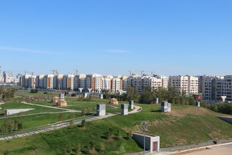 Vista generale della città di Astana con molti edifici residenziali e gru fotografia stock