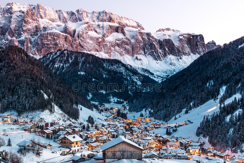 Vista generale della selva con le montagne del gruppo di Sella e la montagna di Sassolungo, Val Gardena, dolomia, Italia fotografia stock