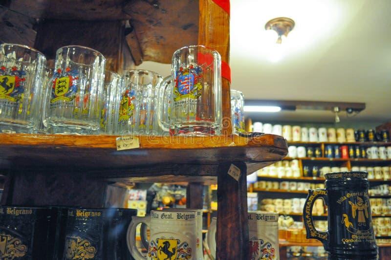 Vista generale delle tazze della birra in un deposito della birra al Fest di ottobre in generale Belgrano, Cordova, Argentina del immagine stock