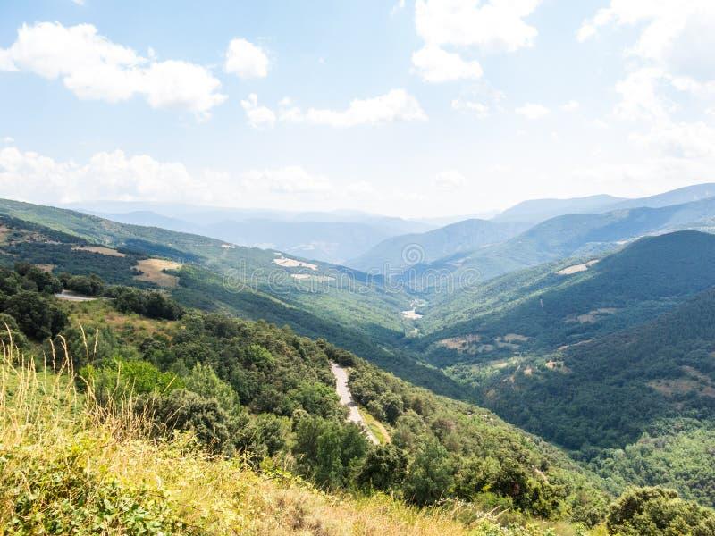 Vista generale e panoramica della regione montana di Pallars, nella provincia di Lleida, Pirenei catalani, Catalogna, Spagna immagine stock
