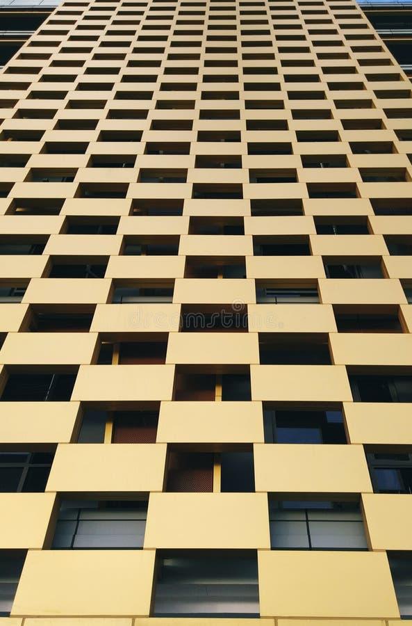 Vista geométrica de un edificio amarillo fotos de archivo