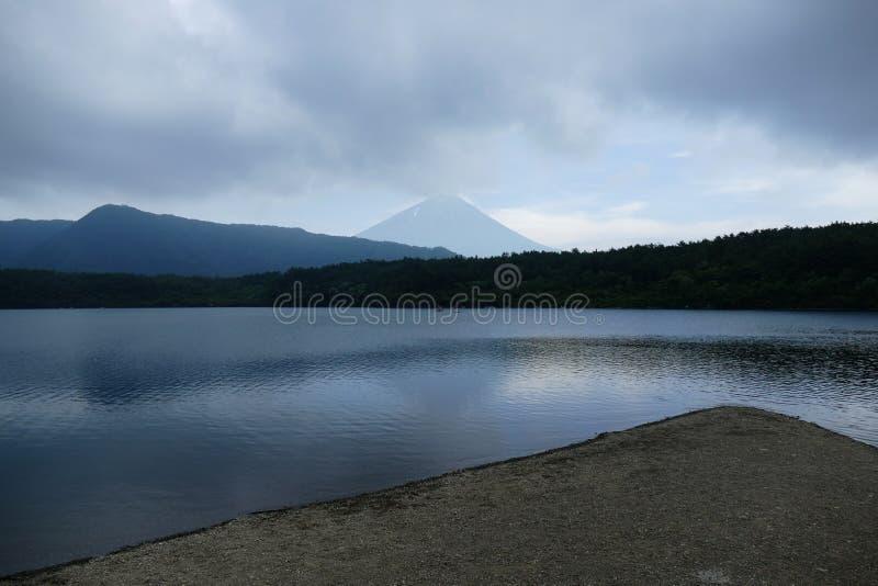 Vista geometrica con la costa nella priorità alta e le piccoli colline e monte Fuji nei precedenti, Giappone immagini stock