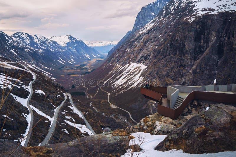 Vista geral da estrada das pescas à corrica - uma das rotas nacionais as mais famosas do turista em Noruega, Trollstigen Montanha imagens de stock