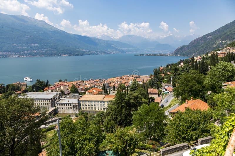 Vista geral da vila de Colico do lago Como em Itália foto de stock