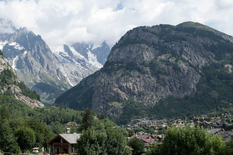 Vista geral de Courmayeur, ` Aosta de Valle d, Itália fotos de stock