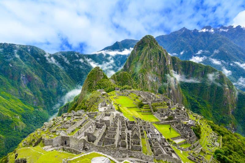 A vista geral de Machu Picchu, terraços da agricultura e Wayna Picchu repicam no fundo imagem de stock royalty free