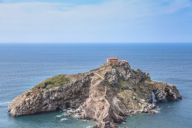 Vista geral de San Juan de Gaztelugatxe em Bermeo imagens de stock royalty free