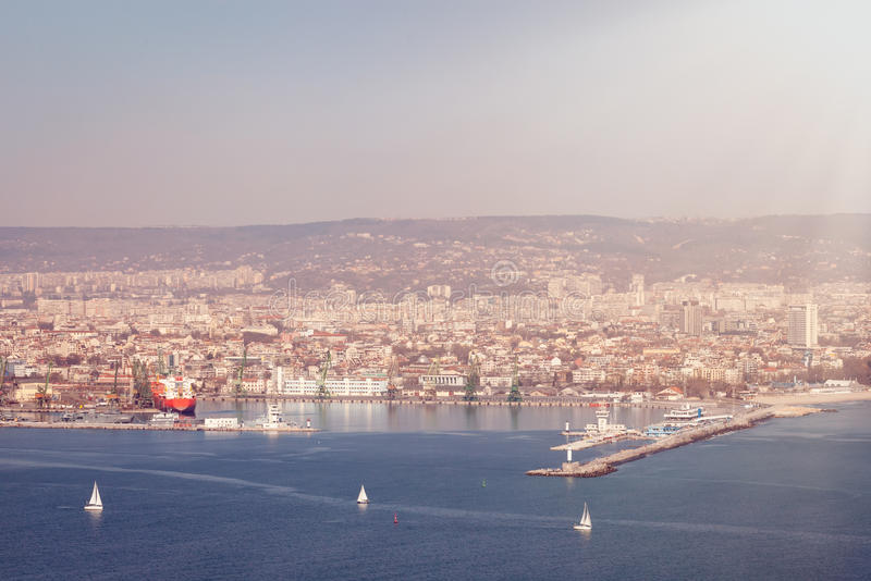 Vista geral de Varna, Bulgária no dia ensolarado bonito fotografia de stock royalty free