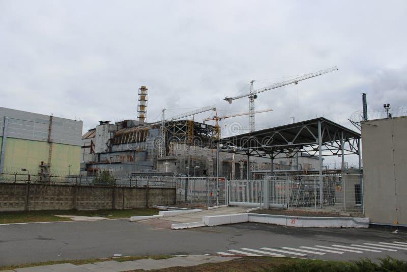 Vista geral do central nuclear de Chernobyl após o desister de Chernobyl sem abrigo do hangar do metal na emergência fotos de stock royalty free
