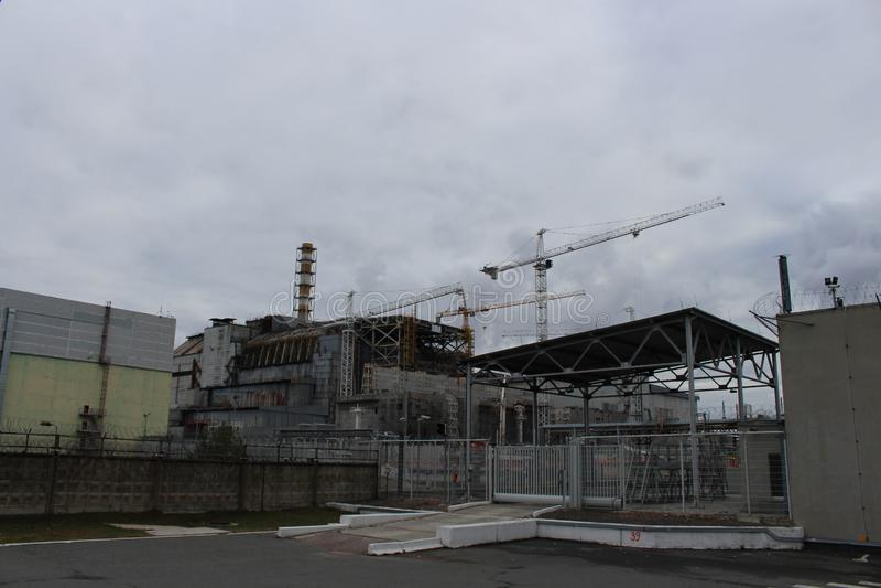 Vista geral do central nuclear de Chernobyl após o desister de Chernobyl sem abrigo do hangar do metal na emergência imagens de stock royalty free